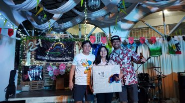 Grand prize winner Naneth Pecson between MMS President Roy Lopez (Left) and MMS VP Mau Romarate.
